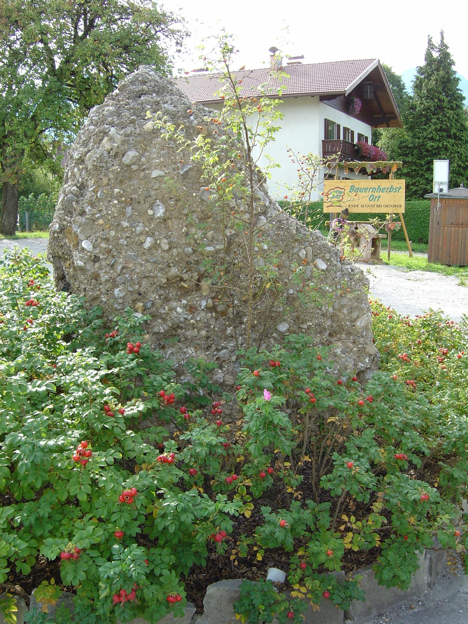 Brunnen und findlinge gartengestaltung naturstein in for Gartengestaltung findlinge