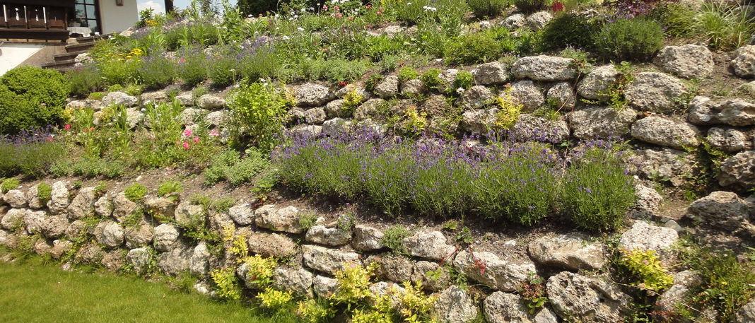Beautiful gartenideen mit naturstein images house design for Gartengestaltung naturstein